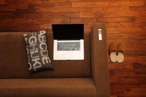 Drevená podlaha a gauč
