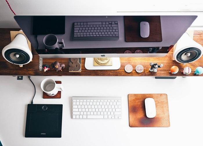 Uspořádaný kancelářský stůl